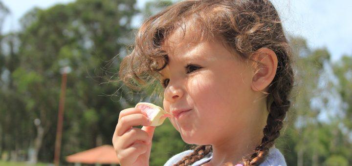 Copil mâncând o bezea